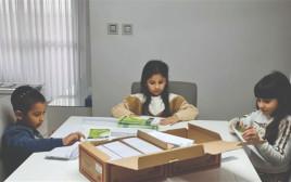 מעיין אדל ודניאל מכינים מעטפות לכרטיסי אדי
