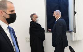 בנימין נתניהו עם עורך דינו בועז בן צור בבית המשפט