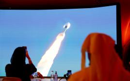 אנשים צופים בשיגור הגשושית של איחוד האמירויות למאדים