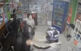 בת 14 נלחמה בשודדים חמושים