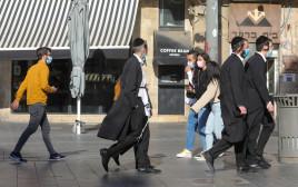 אנשים עם מסכות בירושלים