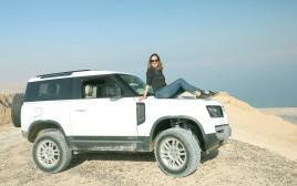 טליה לוין מטיילת במדבר