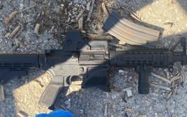 נשק מסוג M-16 שנתפס בפשיטת המשטרה