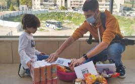 11ליאור מתנדב בעמותה ואחיו הקטן מכינים סלי מזון לנזקקים