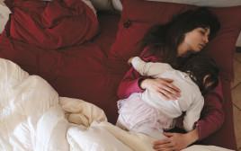 אם ובתה ישנות, אילוסטרציה