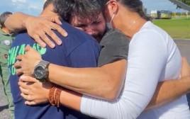 האיחוד המרגש בין הטייס למשפחתו