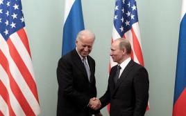 ג'ו ביידן וולדימיר פוטין לוחצים ידיים ב-2011
