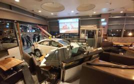 נהג מונית התנגש בוויטרינת מסעדה