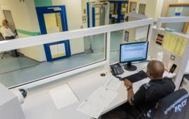 דלפק הקבלה בתחנת משטרת ווסט מידלנדס