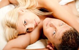 זוג במיטה (אילוסטרציה)