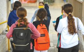 תלמידות בשער בית הספר