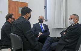 ראש הממשלה נתניהו יחד עם צוות ההגנה שלו באולם בית המשפט