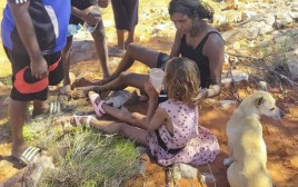 מולי הקטנה והכלבה שלה נמצאו במדבר