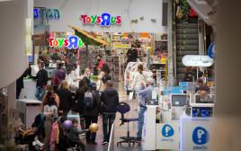אנשים קונים בקניון דיזנגוף סנטר