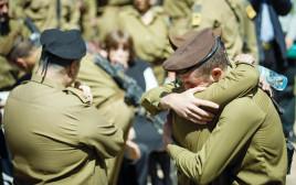 חיילים מתחבקים בלוויה
