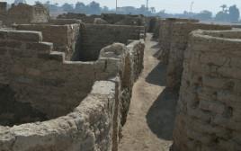 חומות העיר העתיקה שהתגלתה במצרים