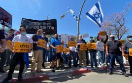 """עומדים בצפירה ומפגינים מול משרד הביטחון בפ""""ת"""