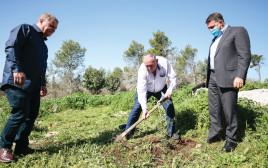 אברהם דובדבני (במרכז), יושב ראש קרן קיימת לישראל