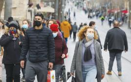 אנשים ברחוב עם מסכות