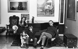 אפרים קישון ומשפחתו, 1975