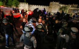 שוטרים פועלים בעת חיכוכים בירושלים