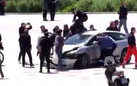 הרכב שהשתולל בכיכר הבחירות המרכזית באלבניה