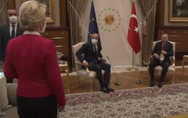 נשיאת הנציבות האירופית בעת פגישתה עם נשיא טורקיה ונשיא האיחוד האירופי