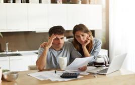 זוג בקשיים כלכליים
