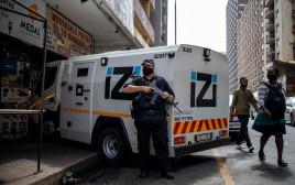 שמירה על רכב הובלת מזומנים של בנק בדרום אפריקה, אילוסטרציה