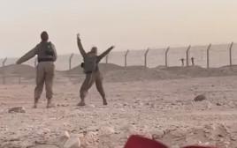 חיילות ישראליות רוקדות מול חיילים מצריים