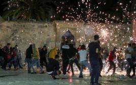 מאות התפרעו עם כוחות הביטחון בהר הבית