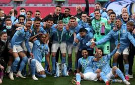 שחקני מנצ'סטר סיטי חוגגים את הזכייה בגביע הליגה