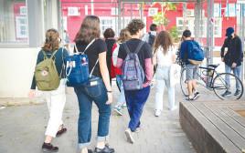 ילדים הולכים לבית הספר