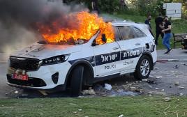 ניידת משטרה עולה באש בלוד