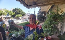 יענקל'ה בחנות הפרחים במרכז רמת גן