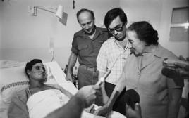 ראש הממשלה גולדה מאיר מבקרת פצוע ממלחמת יום כיפור