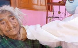 בת ה-124 מקבלת חיסון לקורונה