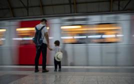 אב ובנו בתחנת רכבת, אילוסטרציה