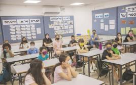 ילדים בכיתה עם מסכות