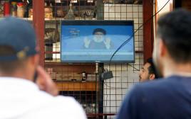 לבנונים צופים בנאום נסראללה