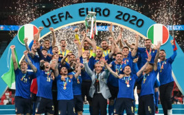 רגע הנפת הגביע. איטליה אלופת אירופה