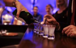 שתיית אלכוהול בבר, אילוסטרציה