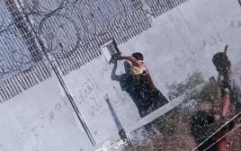 מפגין פלסטיני מנסה לחטוף נשק בגבול רצועת עזה