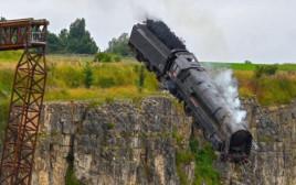 הרכבת מתרסקת מראש הצוק בסט הצילומים