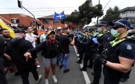 המונים באוסטרליה מוחים על תקנות הקורונה