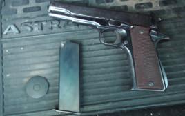 אקדח שנתפס בעת מעצר החשודים