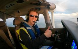 """טראוויס לודלו, הטייס הצעיר בעולם שהקיף את כדו""""א"""