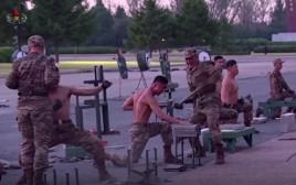 חייל צפון קוריאה מנסים להרשים את המנהיג