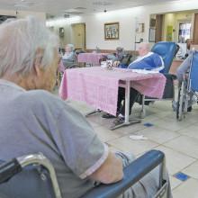 קשישים (המצולמים אינם קשורים לכתבה)