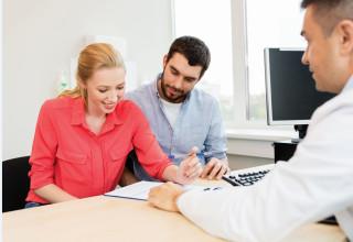 סוכן ביטוח בפגישה עם לקוחות (אילוסטרציה)